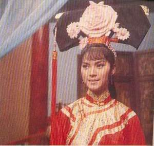 Zhen Fei (Consort Pearl) in Wretched Dream of the Qing Palace. I was amazed by the huge headdresses worn by the consorts and empress.