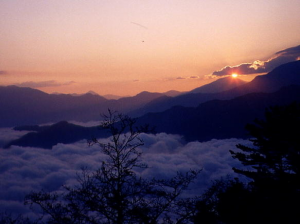 Ah...! What beauty! Sunrise over a sea of clouds. That's the famed scene that we missed.